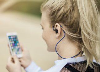 App de fitness com ear buds Hama