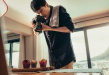 Fotógrafo a tirar foto a cupcakes com câmara DSLR