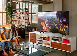 Jovens a jogar num televisor QLED da Samsung