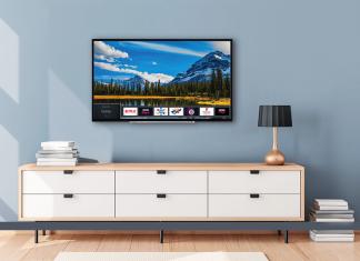 Toshiba TV na parede e armário em baixo
