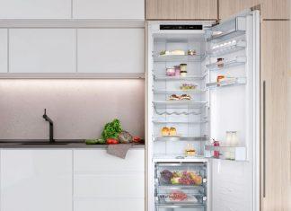 Frigorífico novo de porta aberta em cozinha