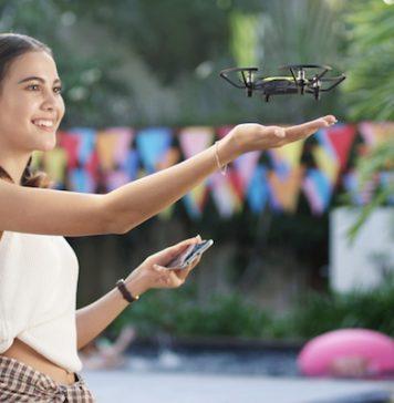Rapariga a sorrir enquanto manobra um pequeno drone DJI
