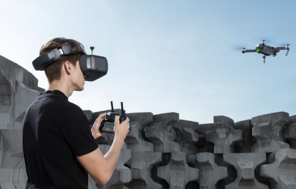 Rapaz com Goggles a pilotar um drone DJI