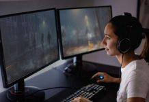 Rapariga a jogar usando dois ecrãs num computador com processador Intel i9