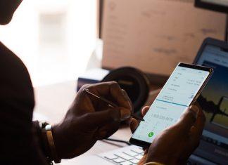 Pessoa de perfil escuro a fazer backup dos dados do smartphone
