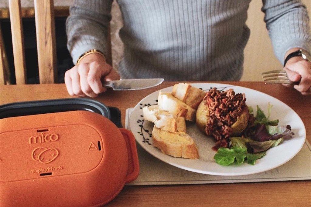 Alimentação saudável na universidade: prato na mesa e mãos com talheres