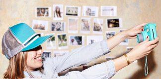 Rapariga a tirar uma fotografia instantânea com uma câmara instantânea