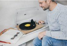 Homem a apreciar a música de um gira-discos