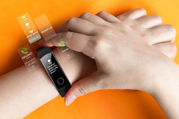 Monitores de atividade: Mãos a mexer numa pulseira monitor de desporto