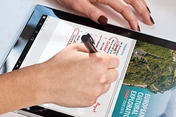 Mãos femininas a usar a Windowns Ink num tablet