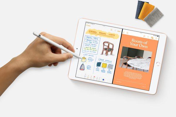Mão a tirar apontamentos no novo iPad da Apple