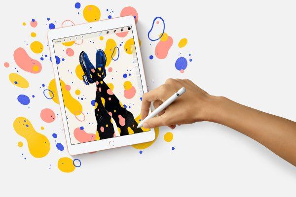 Mão a desenhar no novo iPad da Apple