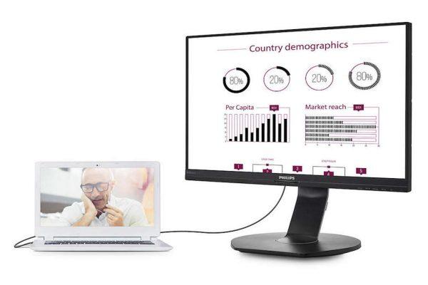 Computador portátil ligado a um monitor extra em fundo branco