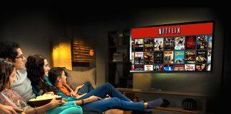 Família Netflix em frente à TV