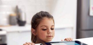 Criança a olhar para um telemóvel / tablet Samsung