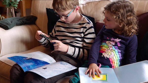 Crianças a usar telemóvel Huawei