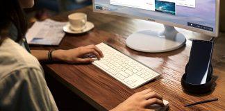 Um monitor Samsung e um Galaxy Noite 8 sem password