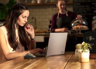 Portátil Lenovo, Internet e um café