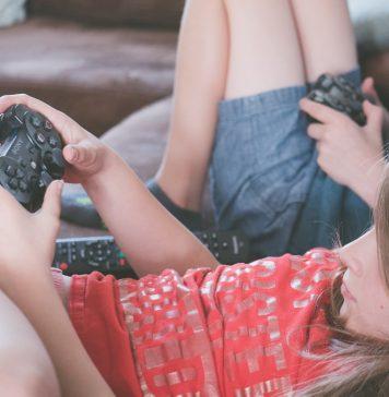 Crianças com Black Sony Dualshock 4