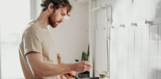 Homem a cozinhar panquecas