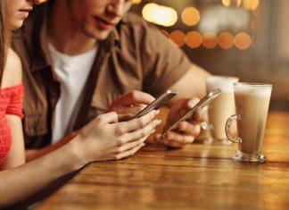 Casal com smartphones Android