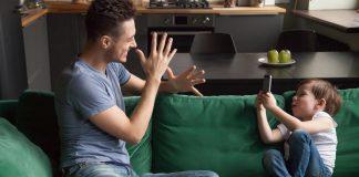 Pai e filho com smartphone