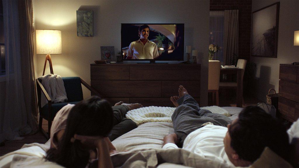 Casal Netflix a ver séries na cama com a televisão do quarto