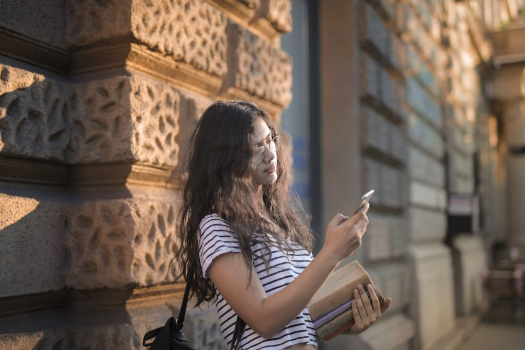 Jovem com smartphone a ler notícias