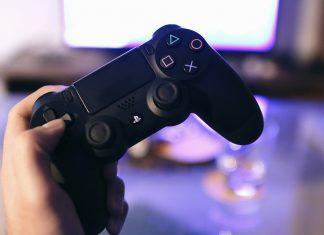 Gamer com o comando na mão