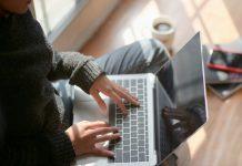 Trabalhar em casa num portátil Apple MacBook