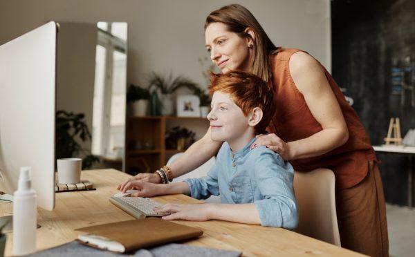 Mãe a ajudar filho a aprender em casa