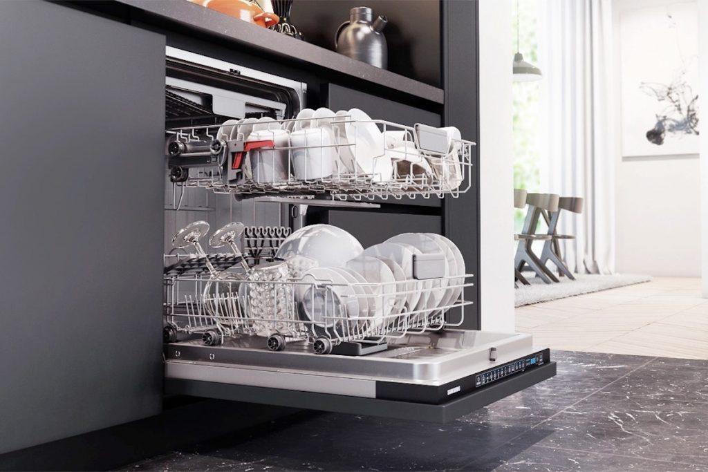 5 razões que mostram que deve lavar a louça na máquina