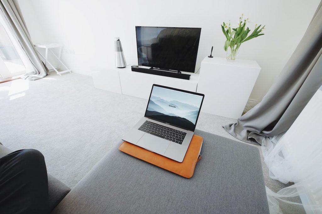 Como ligar o computador à TV — com e sem cabos