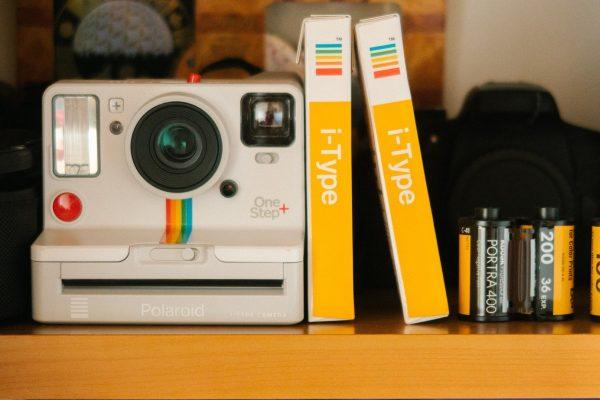 Como a Polaroid revolucionou a fotografia: a história das câmaras instantâneas